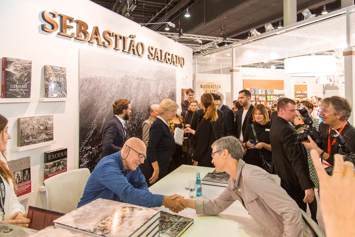 IMG 6696 - Booksigning mit Sebastião Salgado